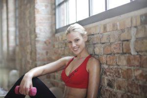Более 10 эффективных упражнений для дома и зала, которые помогут убрать жир с подмышек