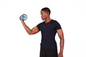 Качаем плечи дома с гантелями и без: подборка действенных упражнений