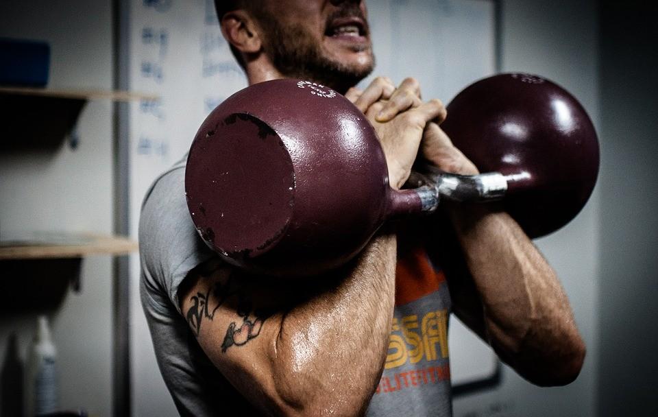 Мощные упражнения с гирей для мужчин в домашних условиях