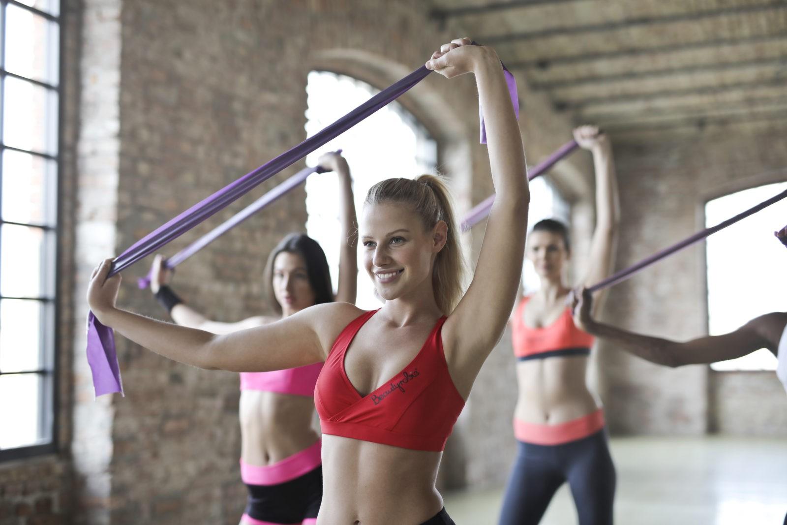Разминка перед тренировкой дома и в тренажерном зале для девушек