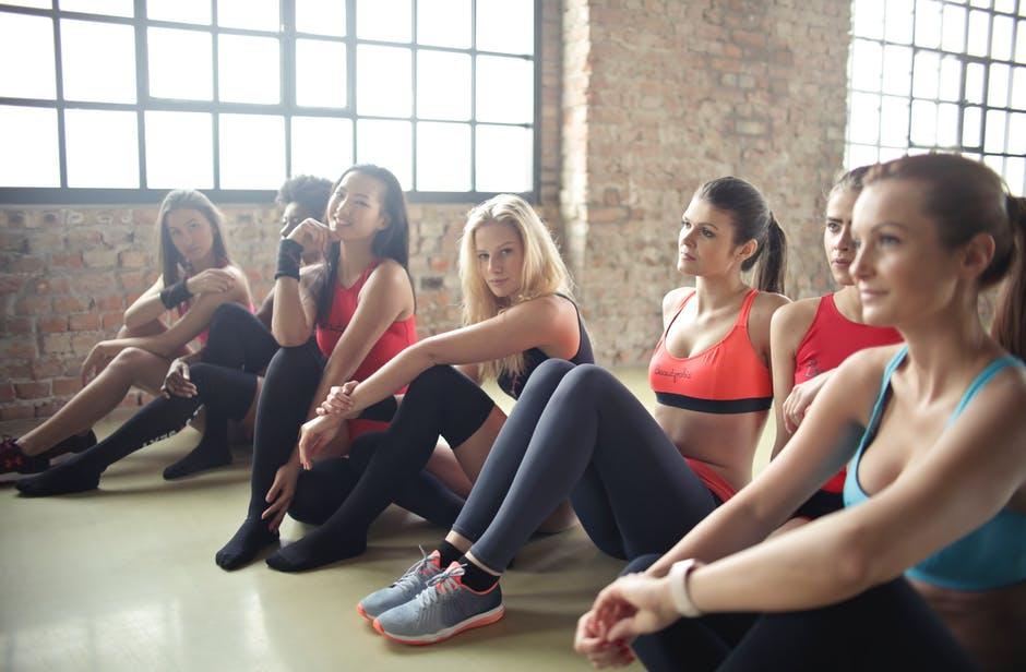 Примеры упражнений с эластичной лентой в домашних условиях
