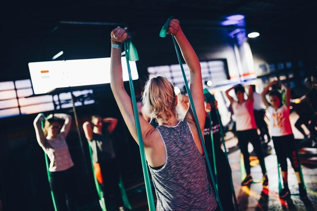 Прокачка пресса упражнениями с резинкой для фитнеса
