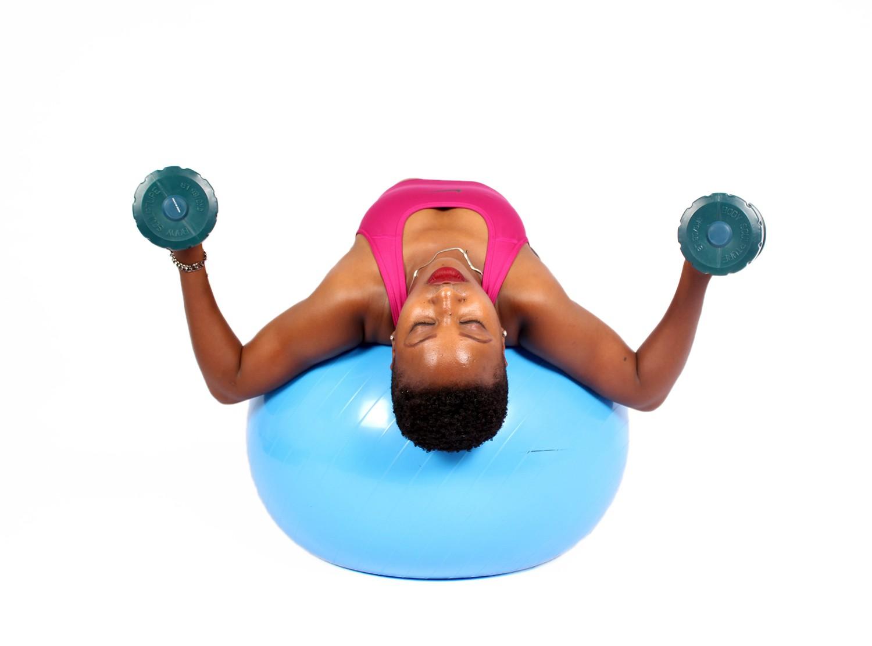 Качаем мышцы плеч и рук: эффективные упражнения и советы