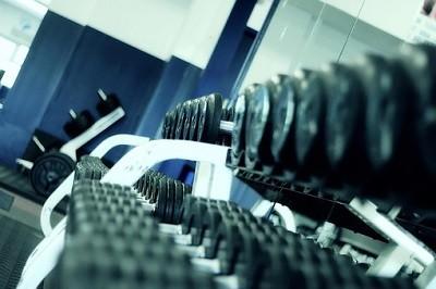 Тренировка с гантелями на пресс для женщин и мужчин: эффективные упражнения