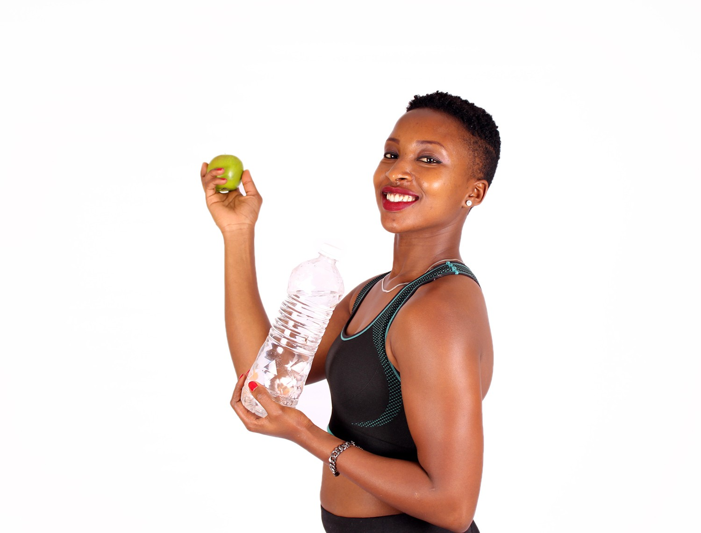 девушка с яблоком и бутылкой