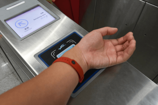 Фитнес-браслеты с NFC Android Pay: усовершенствованные гаджеты для занятий спортом и бесконтактной оплаты покупок
