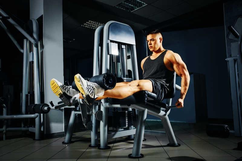 Как убрать живот и бока мужчине в тренажерном зале: упражнения для похудения и готовые программы тренировок, чтобы сжечь внутренний жир